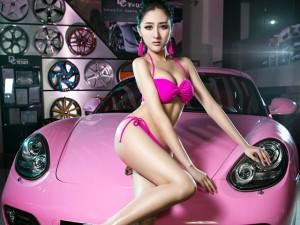 Ngắm đường cong tuyệt mỹ bên Porsche hồng