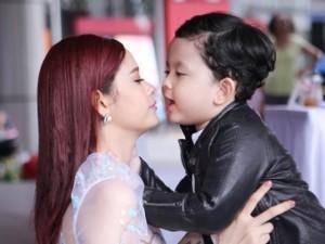 Con trai Trương Quỳnh Anh hiếu động khi đi sự kiện