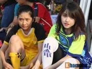Cầu thủ nữ say mê xem tâng bóng và trổ tài trên sân