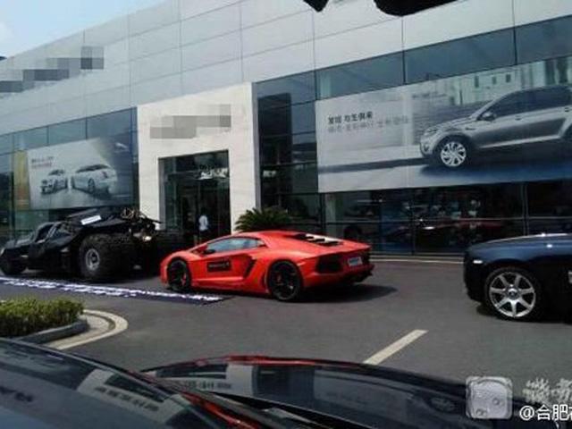 Dùng 3 siêu xe bịt cửa showroom vì mua phải xe... hỏng