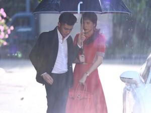 """Cảnh chia tay trong mưa của Thủy Tiên và """"người tình"""""""