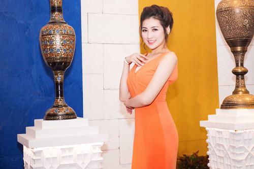 Chân dài Hà Thành liên tục nhận được nhiều lời mời tham dự sự kiện của các nhãn hàng