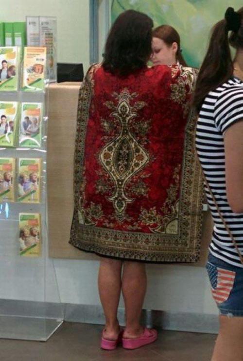 Một phụ nữ khoác nguyên tấm thảm khi đi mua hàng