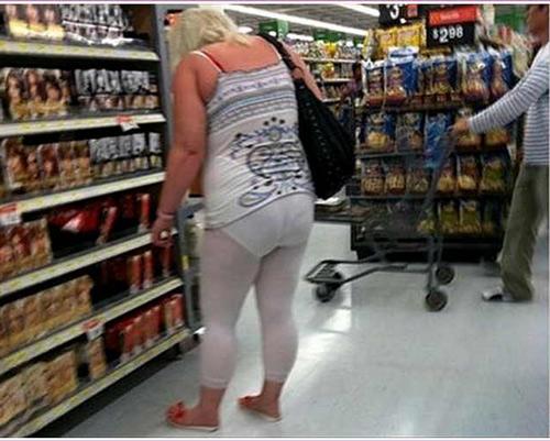 Những chị em mặc đồ ngủ tới siêu thị