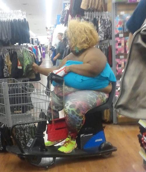 Trang phục của người phụ nữ này như thể sắp bục ra vì thân hình quá khổ của chủ nhân