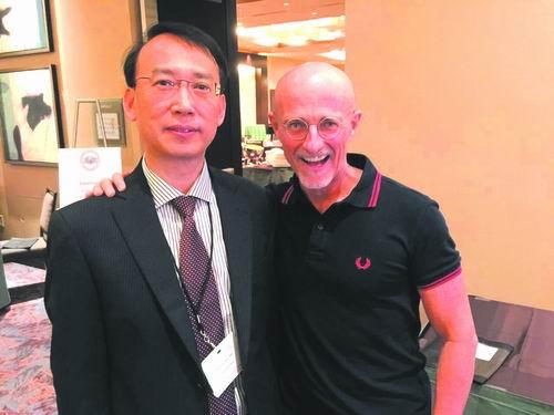 Tiến sĩ Sergio Canavero (phải) và bác sĩ Nhiệm Hiểu Bình.