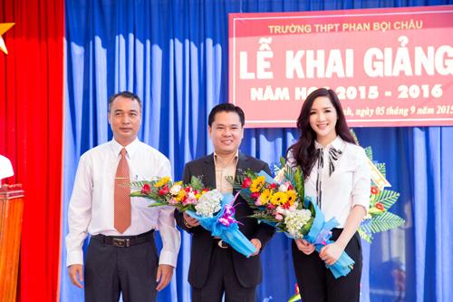 Hoa hậu đến thăm và tặng khá nhiều máy tính, thiết bị giảng dạy cho trường Trung học phổ thông Phan Bội Châu