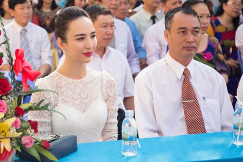Hoa hậu Du lịch Ngọc Diễm cũng có mặt dự lễ khai giảng với tư cách cựu học sinh của trường