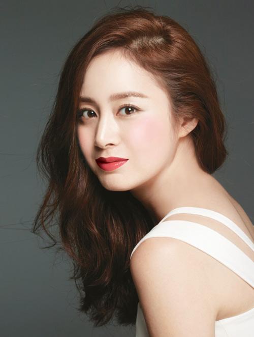 Phụ nữ Hàn lấy lòng phái mạnh với làn da trắng, mịn, khuôn mặt trẻ trung, nữ tính. Trong ảnh là nhan sắc đình đám không dao kéo xứ Hàn - Kim Tae Hee