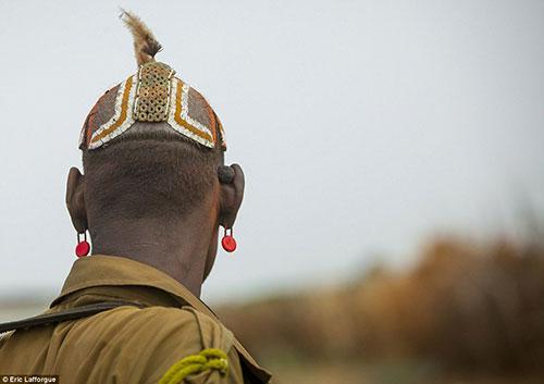 Tuy nhiên, những người đã có vợ chỉ được đội mũ trùm đất sét trang trí bằng lông chim.