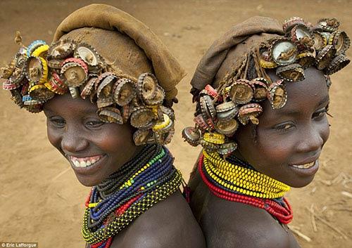 Những cô gái mới lớn có bộ tóc đơn giản với nhiều nắp chai bện thành lọn.