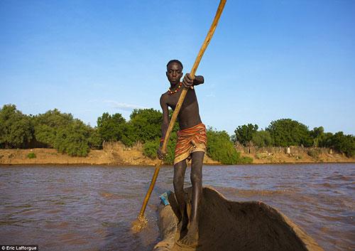 Nguồn nước ngọt chủ yếu của bộ tộc này đến từ dòng sông Omo.