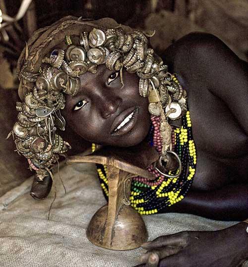 Do bộ tóc giả rất quý giá nên ngườiDaasanach chọn cách ngủ trên những chiếc gối gỗ cao để không làm bẩn và hỏng nó.