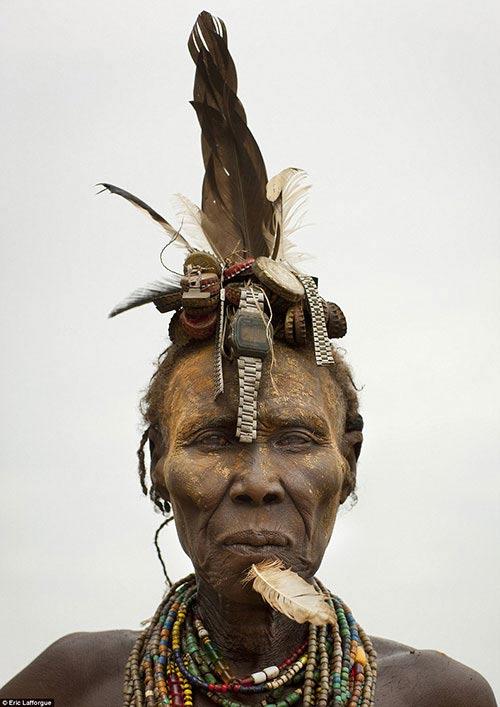 Những người phụ nữ lớn tuổi thìtrang trí với nắp chai lớn hơnvà thêm nhiều chi tiết kì lạ như lông chim hay... đồng hồ.
