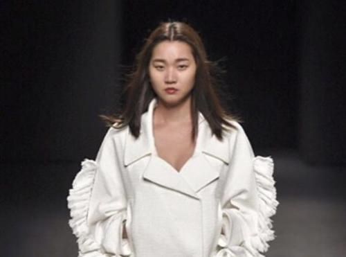 """Tuy nhiên, trang phục này bị tố là """"đạo"""" một thiết kế trong BST Thu đông 2015 của NTK Yoon Choon Ho"""