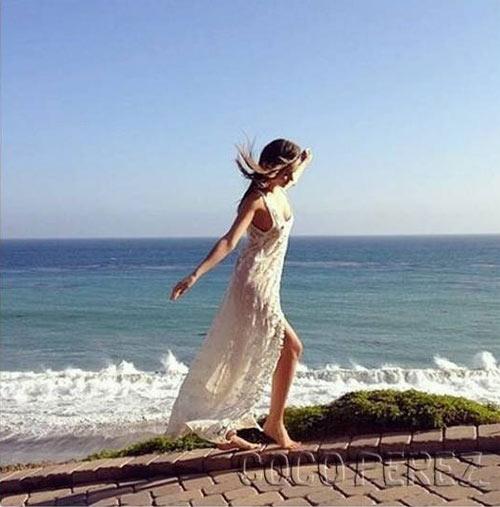 Cô thường đi dạo trên con đường nhỏ dọc bờ biển ngay cạnh biệt thự của mình