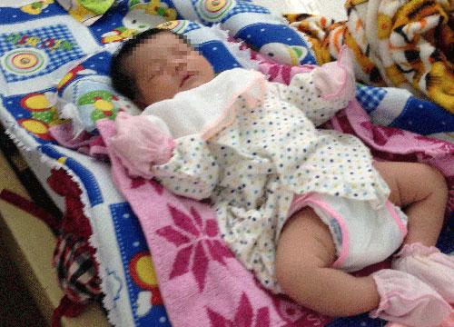 Do mẹ bị tắc sữa vì sốc nặng, bé Bùi Trương Bảo Ngọcphải bú bình