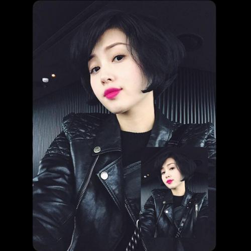 Sau khi lấy chồng, cô cắt mái tóc dài và thường xuất hiện với tông son đỏ gợi cảm