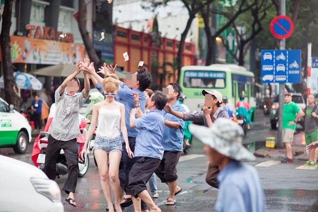 """Cô gái mặc gợi cảm tung tiền """"giải đen"""" trên phố Sài Gòn - 3"""