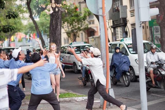 """Cô gái mặc gợi cảm tung tiền """"giải đen"""" trên phố Sài Gòn - 1"""