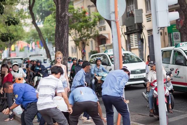 """Cô gái mặc gợi cảm tung tiền """"giải đen"""" trên phố Sài Gòn - 2"""