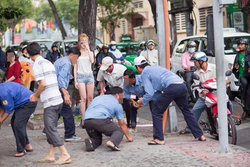 """Cô gái mặc gợi cảm tung tiền """"giải đen"""" trên phố Sài Gòn - 4"""
