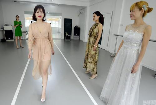 Các bà mẹ Trung Quốc được chỉ cách catwalk...