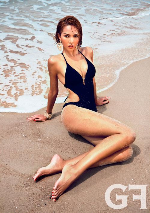 Ở bức ảnh này, người đẹp sinh năm 1988 đã tôn vinh hết mực vẻ đẹp cơ thể. Đó là đôi chân dài, vòng eo thon cùng khuôn ngực đầy đặn hấp dẫn