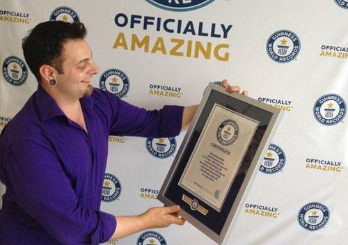 """""""Vua"""" kỷ lục Guinness kéo máy bay 677kg bằng tai - 2"""