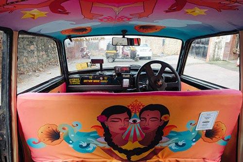 Mỗi chiếc taxinày đều mang tới một câu chuyện riêng về cuộc sống,văn hóa Ấn Độ.