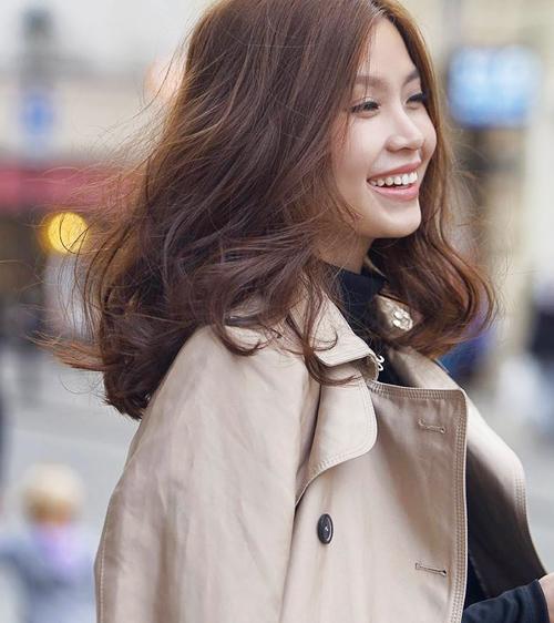 """Đọ street style """"chất lừ"""" của 2 á hậu Việt ở trời Tây - 9"""