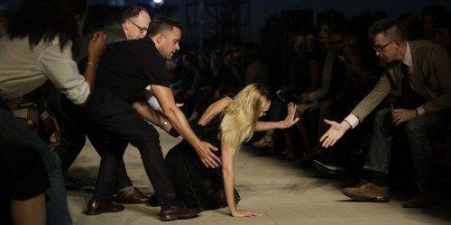 Thiên thần nội y gục ngã trên sàn diễn Givenchy - 1