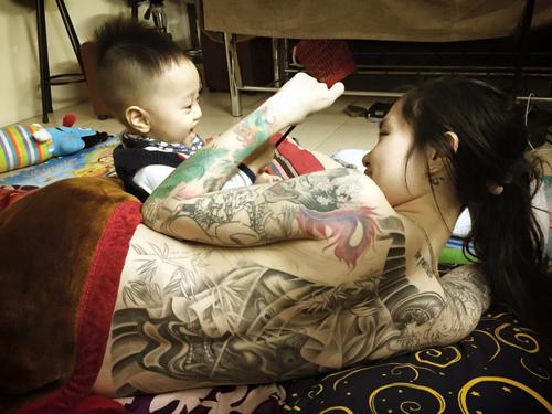 Bà mẹ trẻ chịu đau 19 tiếng để xăm hình kỳ lân lên mặt - 6