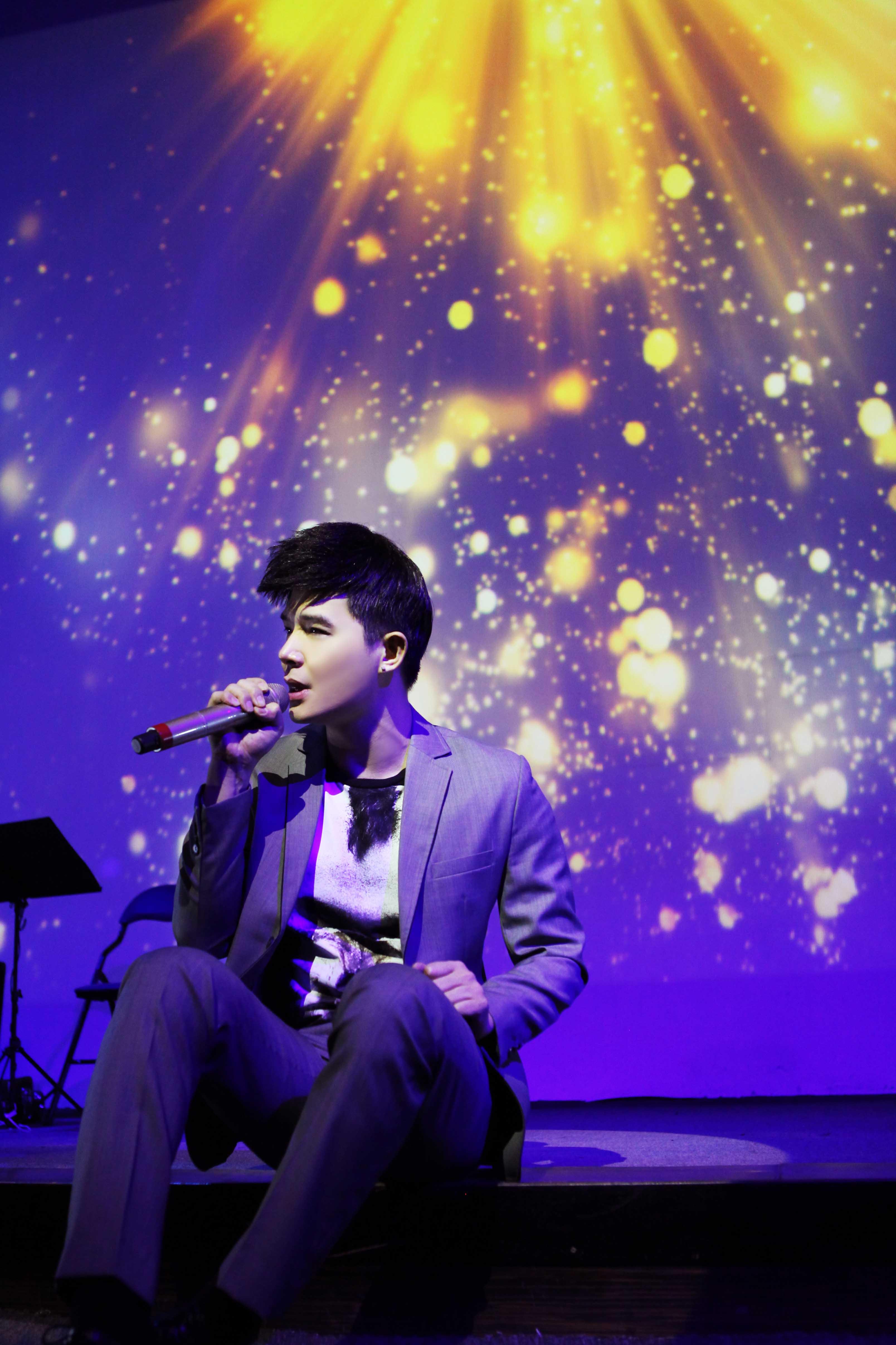 Nathan Lee bị fan vây kín sau đêm diễn - 4