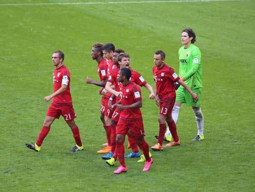 Bayern - Augsburg: Toát mồ hôi hột - 1