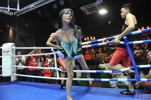 """Quán bar """"bikini vật lộn"""" hút hồn giới trẻ Trung Quốc - 1"""