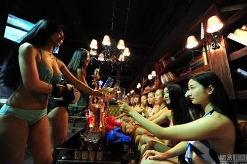 """Quán bar """"bikini vật lộn"""" hút hồn giới trẻ Trung Quốc - 3"""