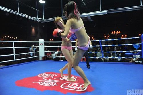 """Quán bar """"bikini vật lộn"""" hút hồn giới trẻ Trung Quốc - 4"""