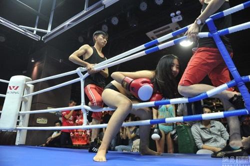 """Quán bar """"bikini vật lộn"""" hút hồn giới trẻ Trung Quốc - 7"""