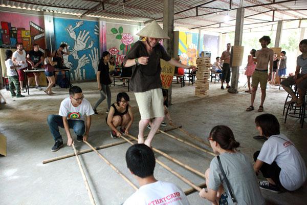 Giới trẻ xếp hàng, dùng sổ gạo mua đồ như thời bao cấp - 12