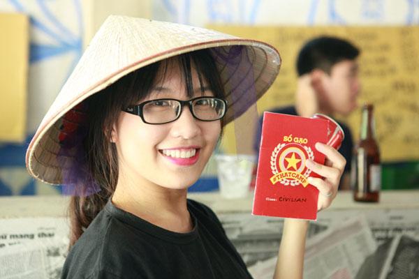 Giới trẻ xếp hàng, dùng sổ gạo mua đồ như thời bao cấp - 4
