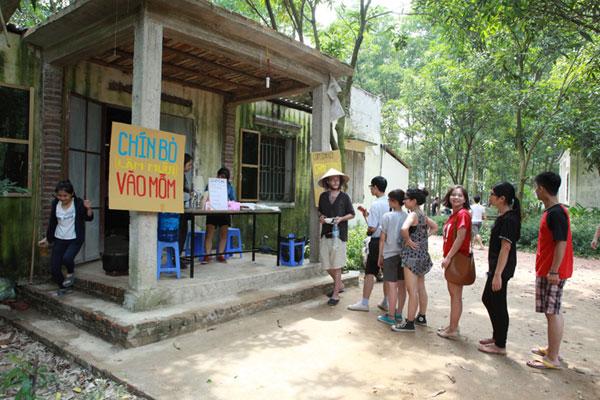 Giới trẻ xếp hàng, dùng sổ gạo mua đồ như thời bao cấp - 6