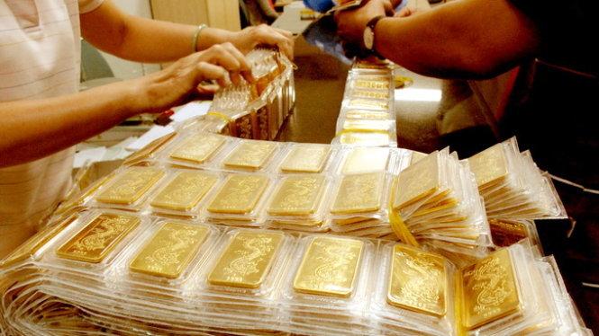 """Giá vàng """"đi ngang"""", USD đảo chiều tăng vọt - 1"""