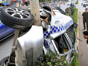 Hà Nội: Taxi dính chặt cột điện, 3 người nhập viện
