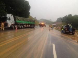 Xe đón dâu tông xe tải trên cao tốc HN-Lào Cai
