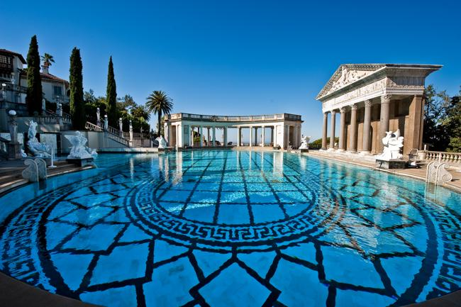 """Là một trong những biệt thự xa hoa nhất thế giới, Hearst Mansion nằm ở Bradbury, California, Mỹ với giá 135 triệu đô. Hearst Mansion có 20 phòng ngủ, 30 phòng tắm, có thư viện 2 tầng, phòng chiếu phim 3D, hầm rượu 2.000 chai, garage chứa được 10 xe ô tô. Căn nhà này từng xuất hiện trong phim  """" Bố già """"  nổi tiếng."""