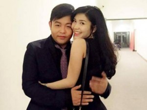Quang Lê lại gây chú ý với loạt ảnh ôm hôn người đẹp