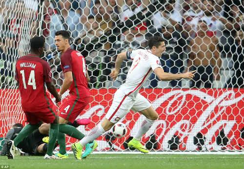 Góc ảnh EURO: Ronaldo thở phào, Lewandowski chết lặng - 2