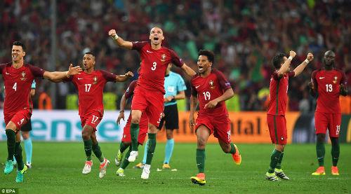 Góc ảnh EURO: Ronaldo thở phào, Lewandowski chết lặng - 11