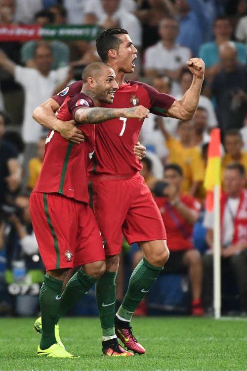 Góc ảnh EURO: Ronaldo thở phào, Lewandowski chết lặng - 13